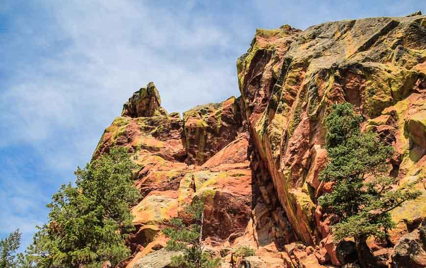 On the Boulder Flatirons hike enjoy blue skies, red rocks & green lichen